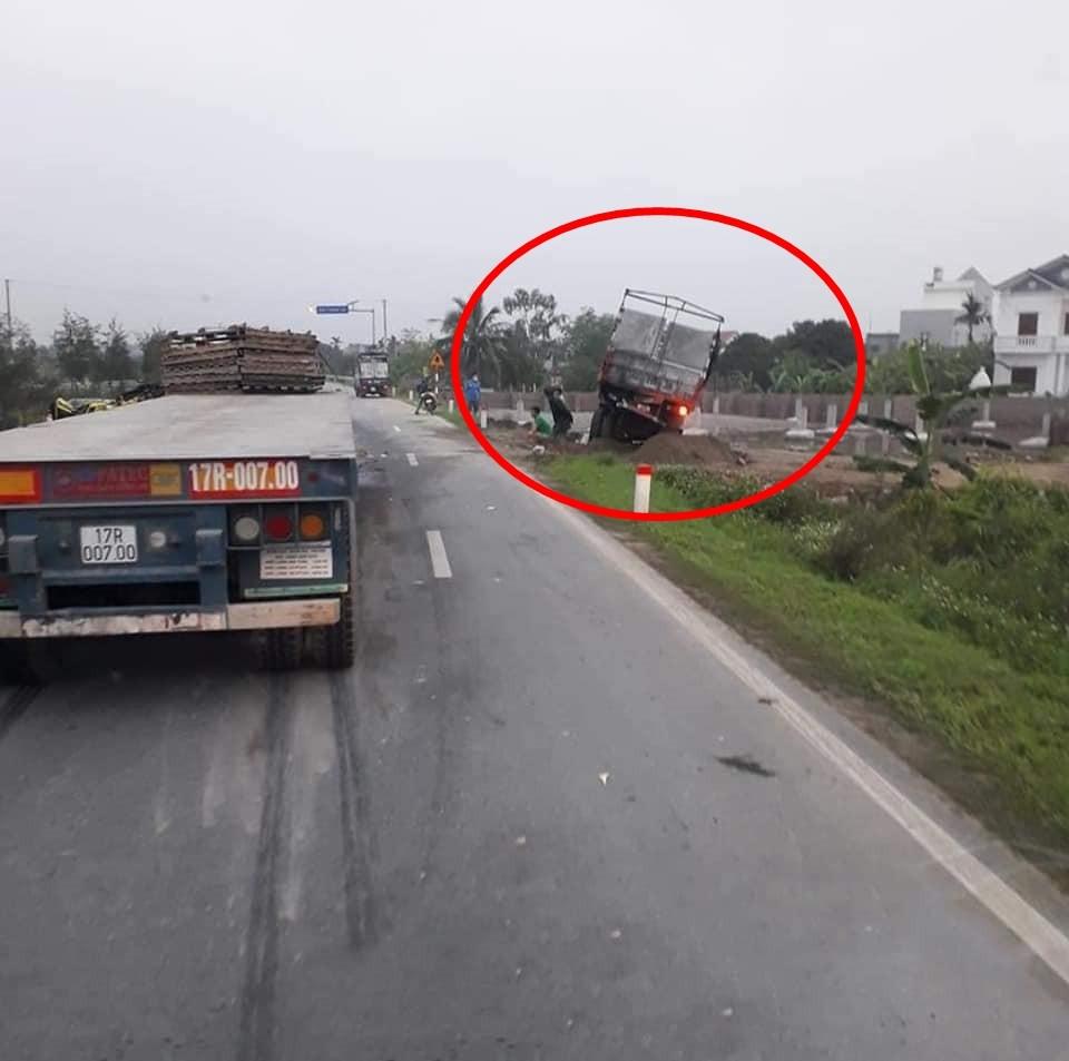 Hiện trường vụ va chạm giữa xe container với xe tải trên QL38B vào sáng nay