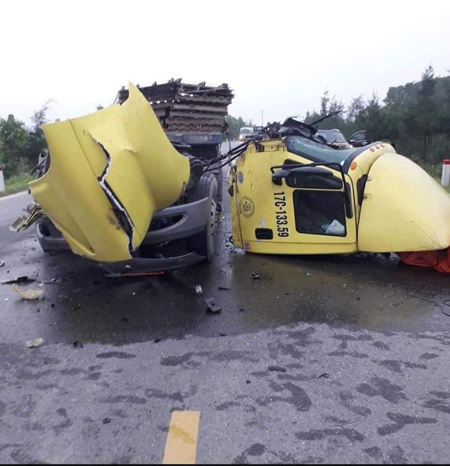 Xe container hư hỏng nặng sau va chạm với xe tải