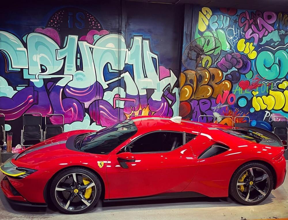 Chiếc siêu xe Ferrari SF90 Stradale này đang được chủ nhân tích cực cho xe ra biển