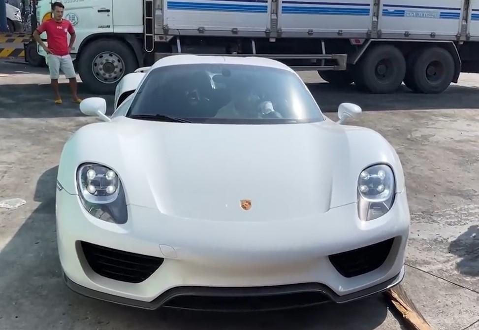 Chiếc siêu xe Porsche 918 Spyder là xe hypercar thứ 3 được nhập khẩu về cảng Việt Nam