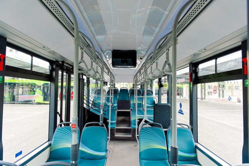 Trọng tâm thấp khiến không gian bên trong VinBus có không gian đầu khá rộng rãi, kể cả hàng ghế cuối cùng.
