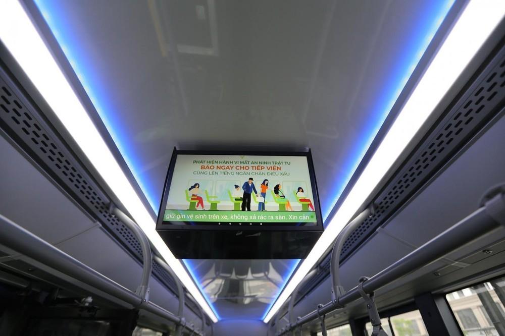 Phía trên trần của VinBus là đèn trang trí màu xanh dương, ngoài ra xe cũng có tivi nhằm phục vụ quảng cáo.