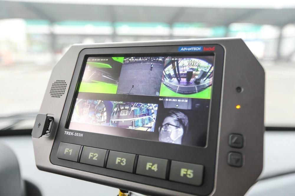 VinBus được trang bị hệ thống camera trong và ngoài xe giúp tài xế dễ quan sát.