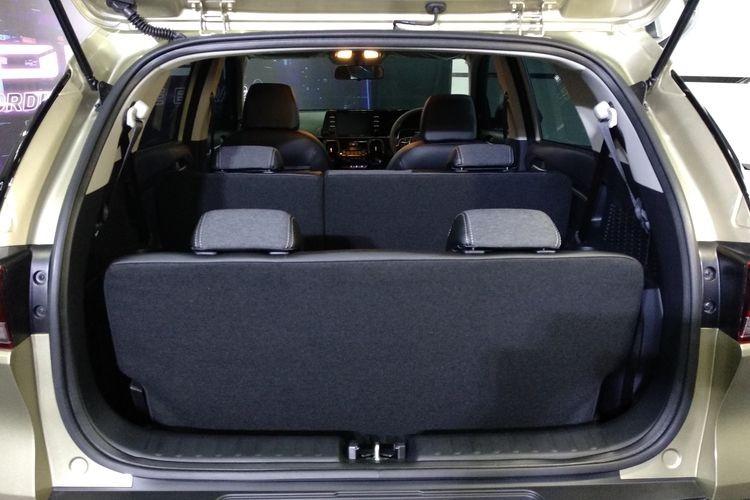 Với hàng ghế thứ 3, khoang hành lý của Kia Sonet 7 chỗ hẹp hơn nhiều