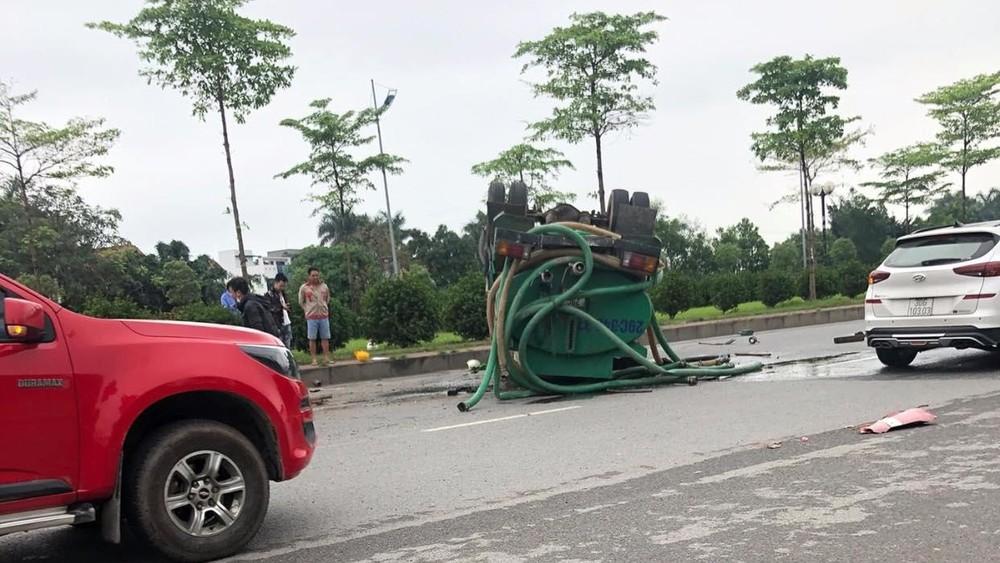 Xe bồn lật ngửa trên đường, dầu đổ tràn ra mặt đường