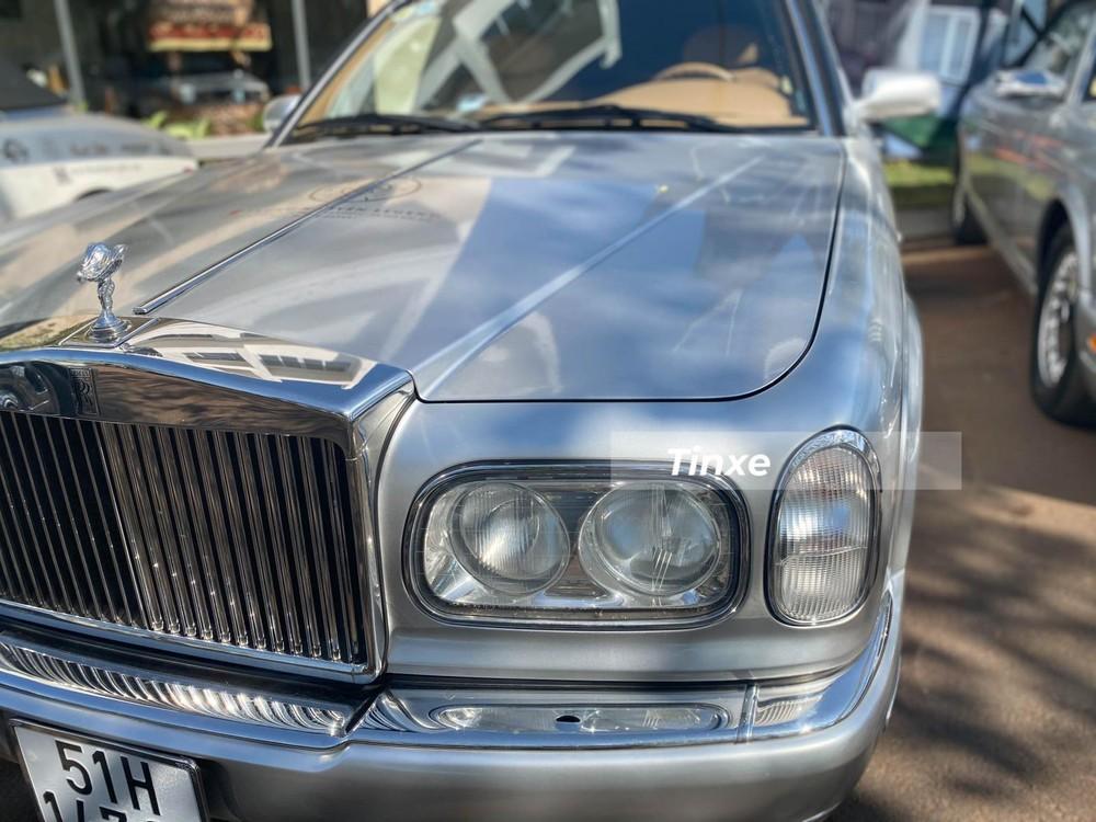 Các đôi mắt của xe khi thì nằm ngang, lúc dựng đứng như muốn nói mẫu xe Rolls-Royce Silver Seraph trường tồn với thời gian
