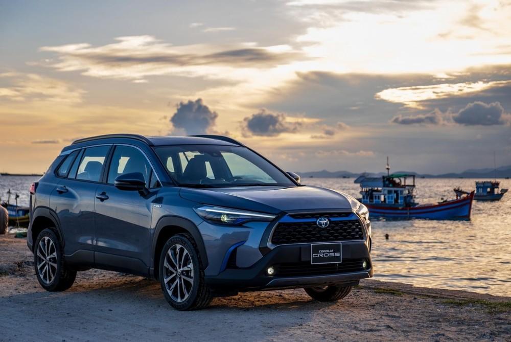 Toyota Corolla Cross có giá khởi điểm đủ để cạnh tranh với những mẫu B-SUV nhưng thực tế bản V tầm trung của mẫu xe này (giá 820 triệu đồng) lại hút khách hơn.