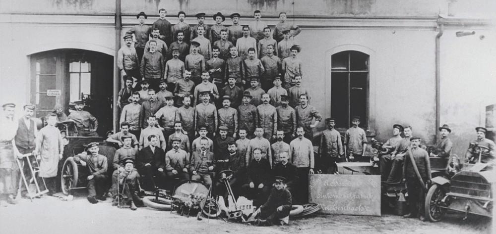 Hình ảnh August Horch và những công nhân của ông tại Reichenbach, Vogtland.