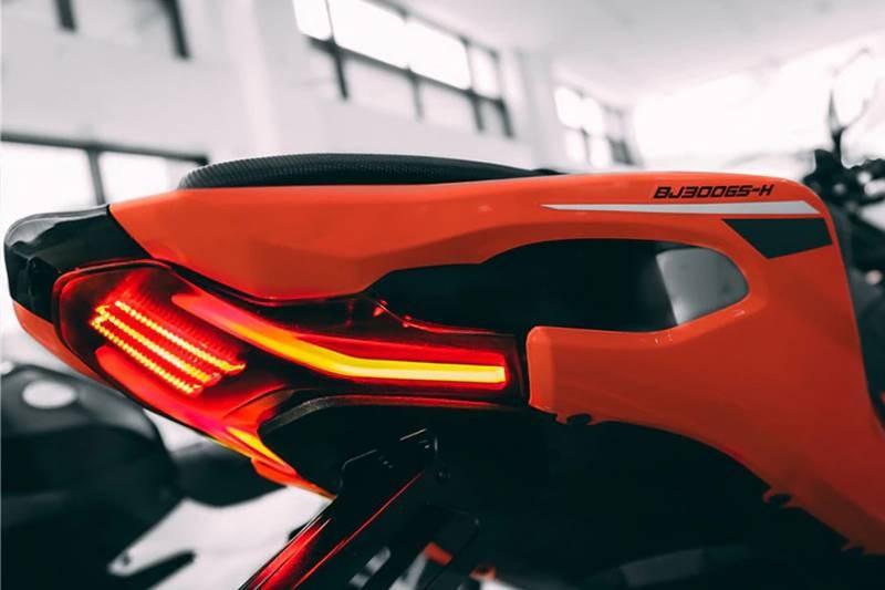 Đuôi xe có thiết kế khí động học của Benelli 302R 2021