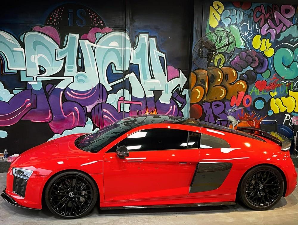 Audi R8 V10 Plus có màu đỏ và nhiều chi tiết carbon