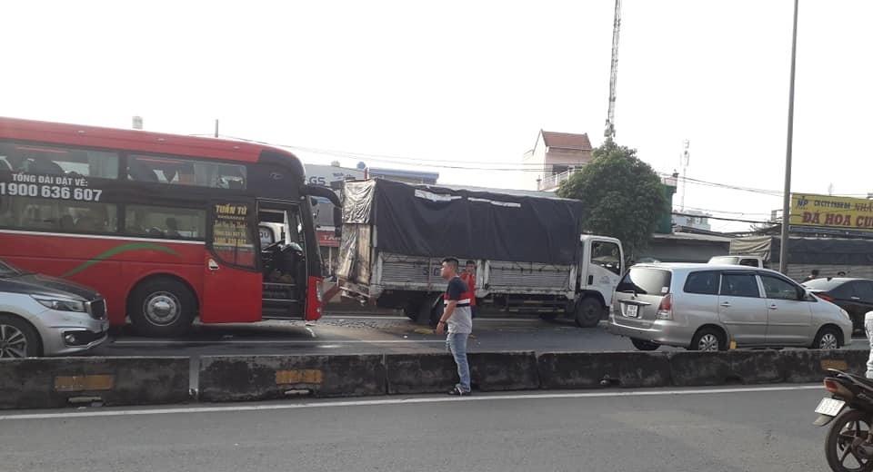 Hiện trường vụ tai nạn liên hoàn giữa xe khách giường nằm cùng xe tải và 3 ô tô trên QL1A sáng nay