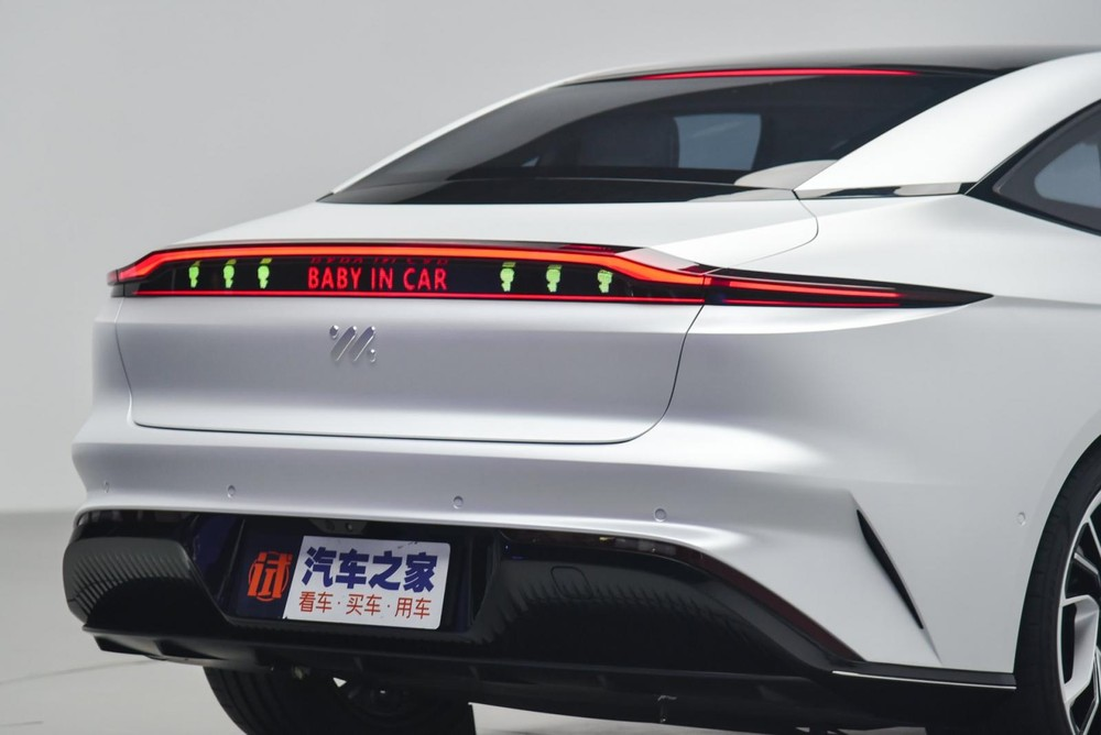 Phần đuôi xeZhiji IM L7 có một màn hình hiển thị tin nhắn tới người ngoài