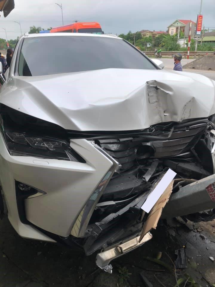 Thiệt hại của chiếc xe Lexus RX sau tai nạn với 2 xe máy ở Nghệ An