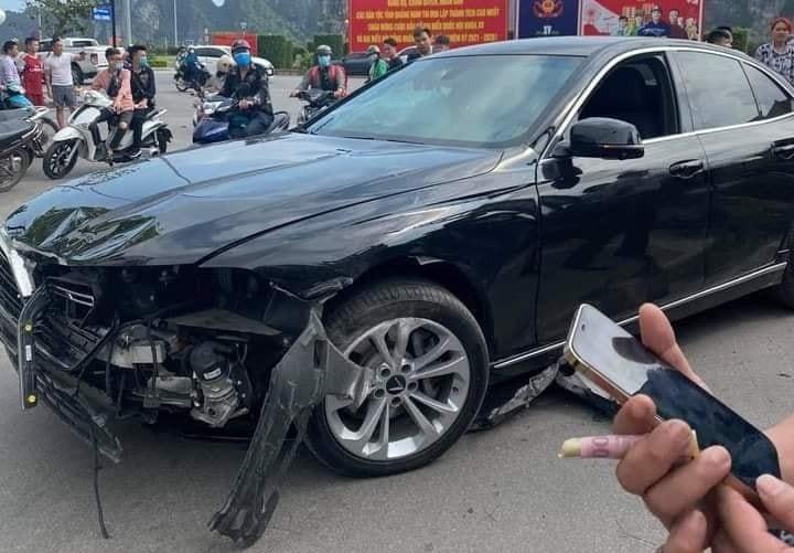 Chiếc xe VinFast LUX A2.0 hư hỏng nặng sau va chạm với xe máy