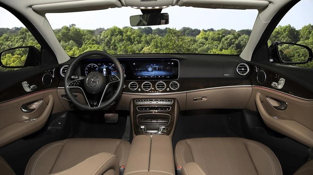 Nội thất sang trọng bên trong mẫu xe Mercedes-Benz E200 Exclusive.