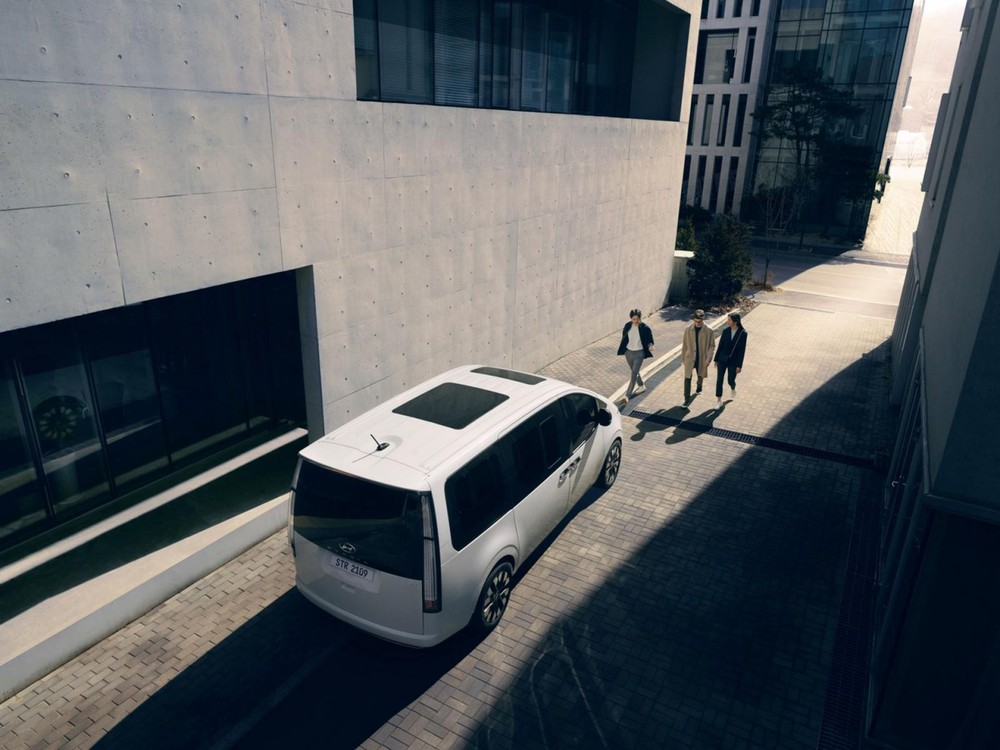 Hyundai Staria 2021 có cửa sổ trời 2 mảnh