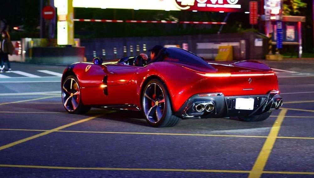 1 chiếc Ferrari Monza SP1 khác ở Đài Loan với điểm nhấn là sọc đèn chạy ngang hết đầu xe