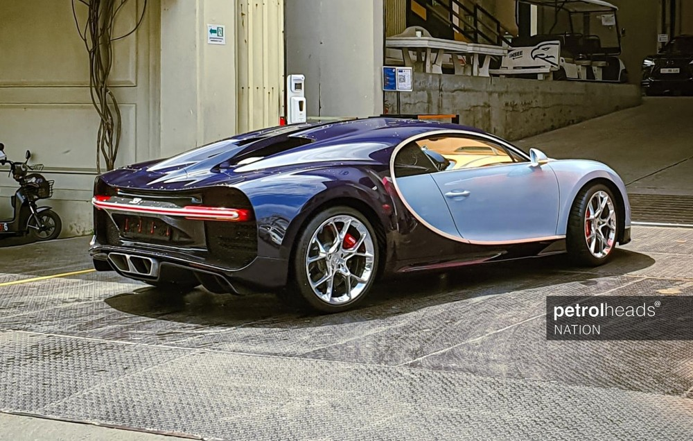 Nửa thân trước của chiếc Bugatti Chiron có màu Liquid Silver và nửa thân sau là màu Atlantic Blue