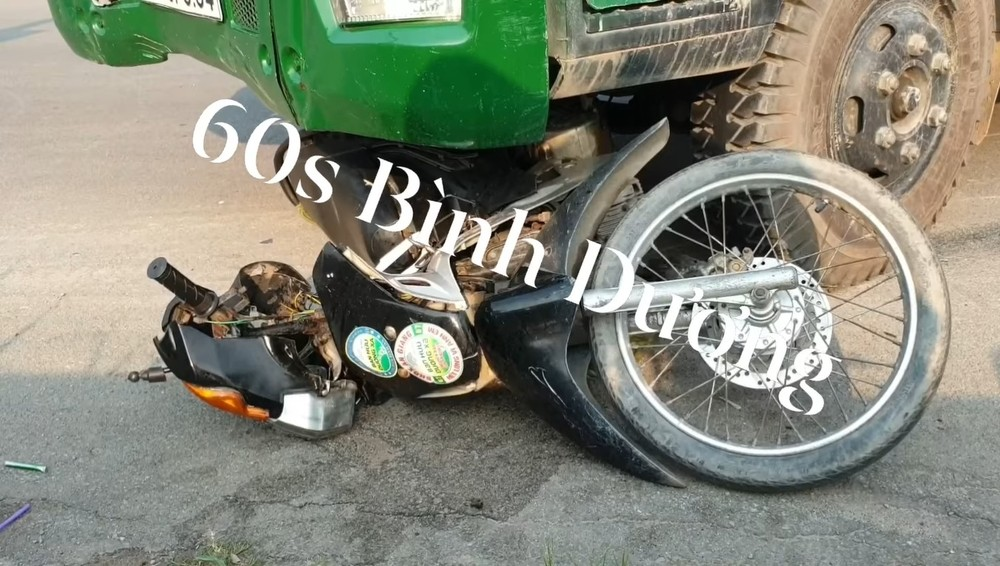 Chiếc xe máy chở 2 mẹ con bị hư hỏng nặng