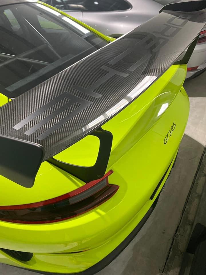 Xe có gói Weisach Package nên nhẹ hơn 6,5 kg so với xe tiêu chuẩn vì ngoại thất với hàng loạt chi tiết carbon