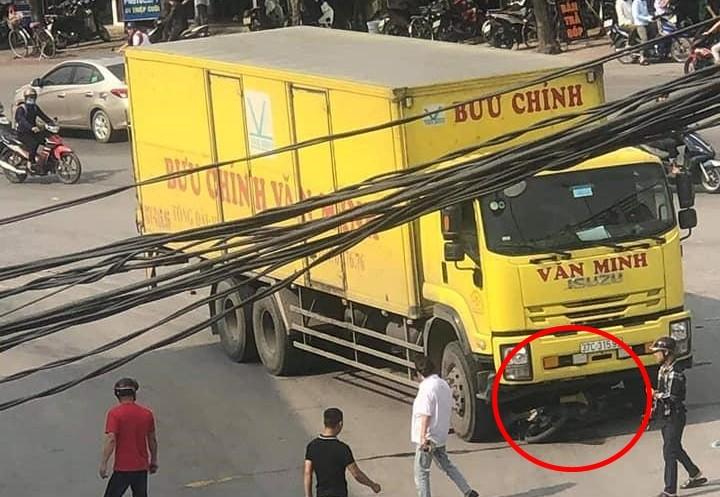Hình ảnh hiện trường vụ tai nạn giữa xe máy và xe tải ở Nghệ An vào sáng nay