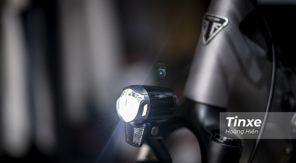 Phía trước đầu xe được trang bị đèn LED hỗ trợ soi sáng khi trời tối.