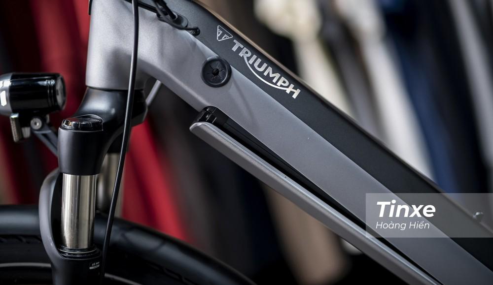 Khung xe được thiết kế gọn gàng với pin được tích hợp sẵn trong gióng xe đạp với dung lượng 504 Wh.
