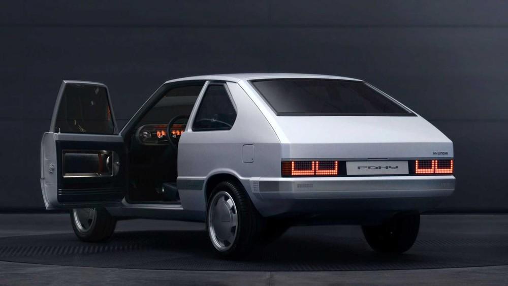 Phía sau của Hyundai Heritage Series – Pony