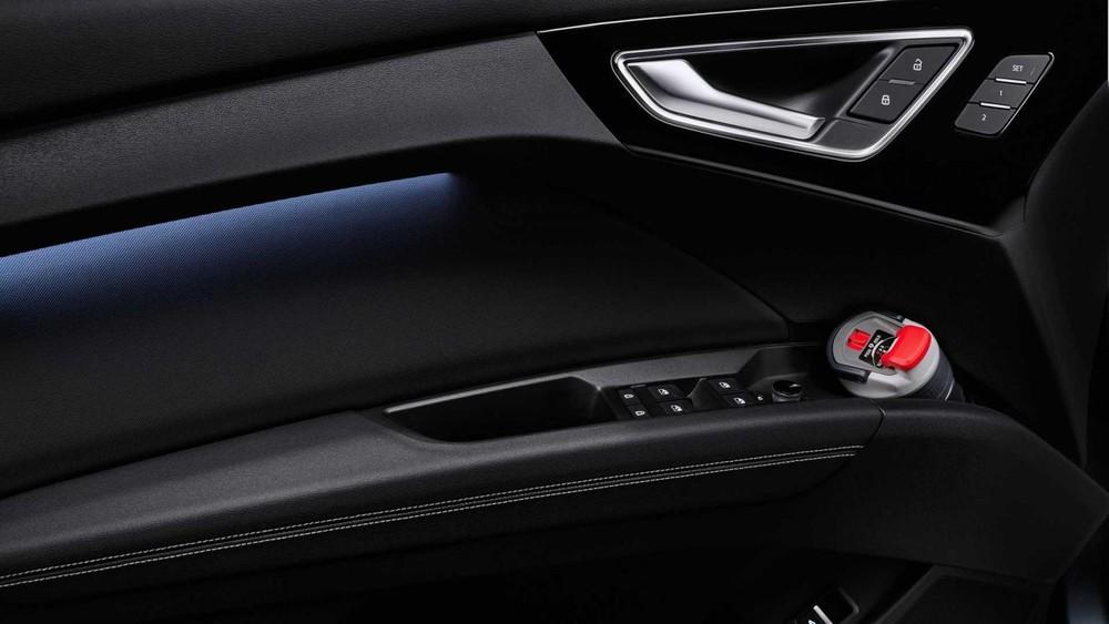 Trên mặt cửa của Audi Q4 E-Tron và Q4 Sportback E-Tron 2022 có ngăn đựng được bình nước 1,5 lít