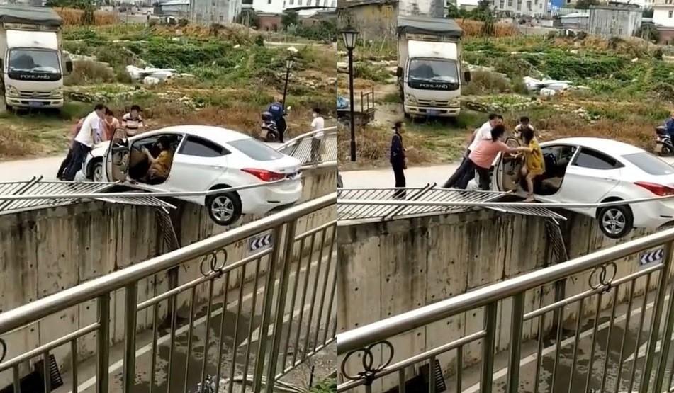 Những người dân xung quanh đến giúp nữ tài xế