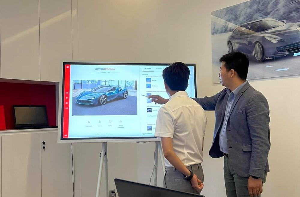 Cường Đô-la' đang được chuyên viên của Ferrari Việt Nam tư vấn chọn cấu hình cho siêu xe Ferrari SF90 Stradale