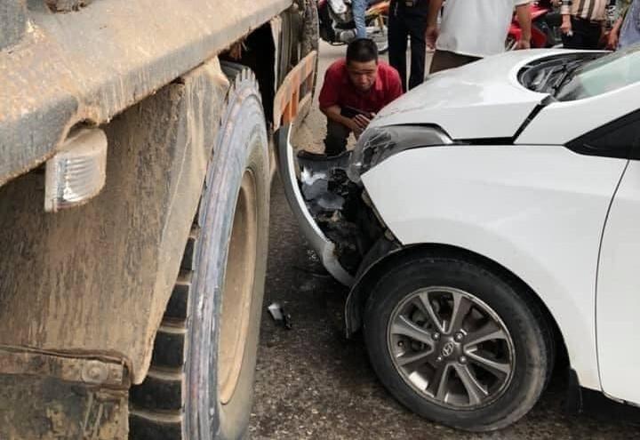 Vụ tai nạn chỉ làm chiếc xe tải bị cong phần thanh chắn bảo vệ bên hông xe