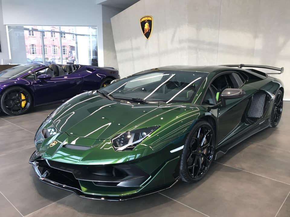 Chiếc siêu xe Lamborghini Aventador SVJ này có màu xanh lá đậm rất nổi bật và cá tính
