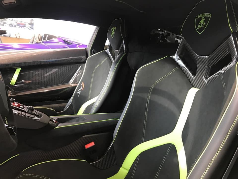 Ghế ngồi của xe cùng các chi tiết trong khoang lái có sọc và chỉ may là màu xanh lá cây