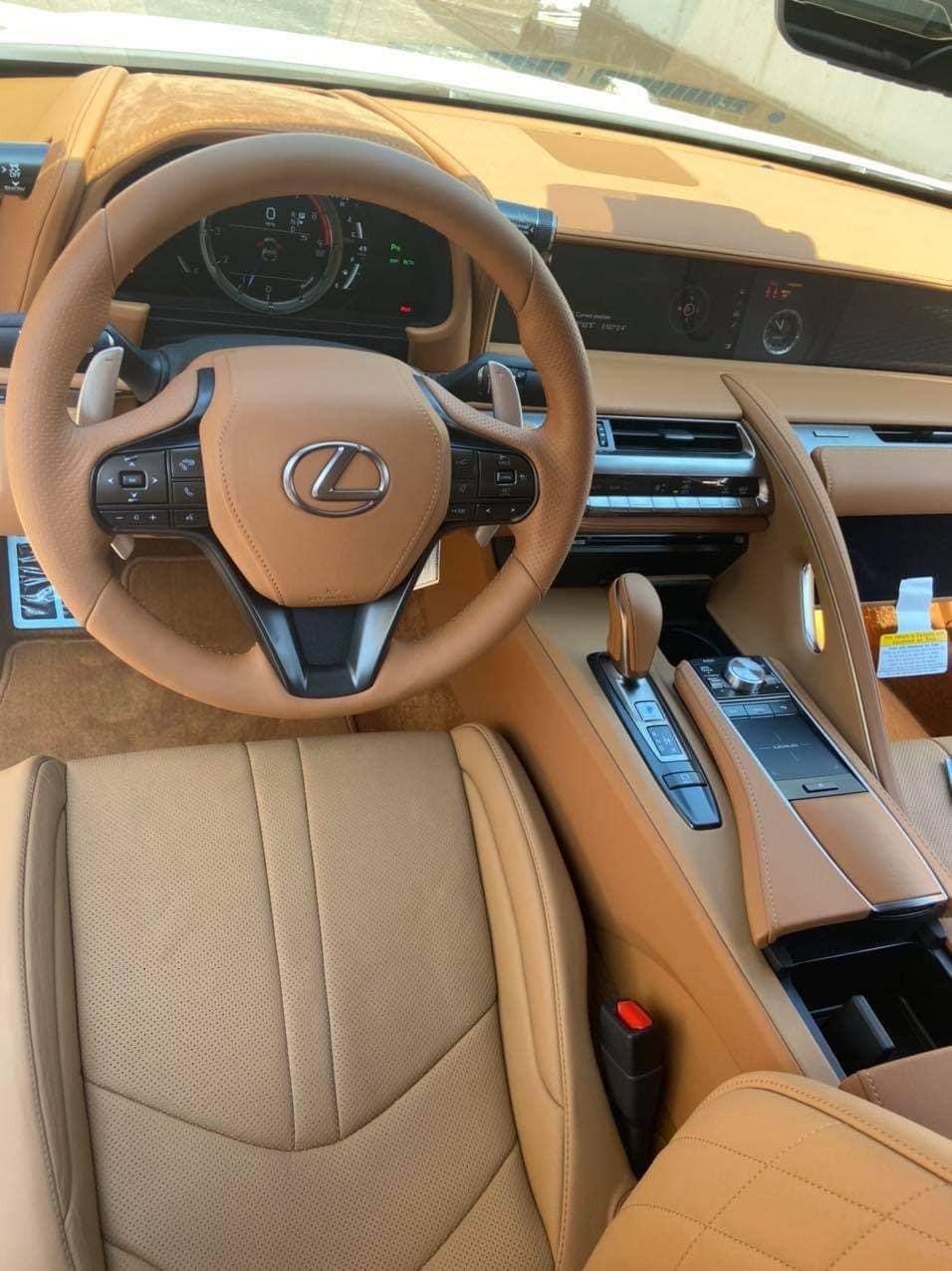 Nội thất chiếc xe Lexus LC 500 Convertible 2021 đầu tiên về nước bọc màu da bò