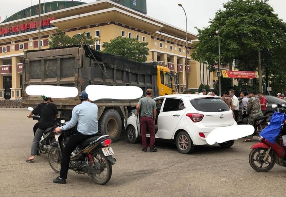 Hyundai i10 vỡ nát đầu xe sau khi tông vào xe tải