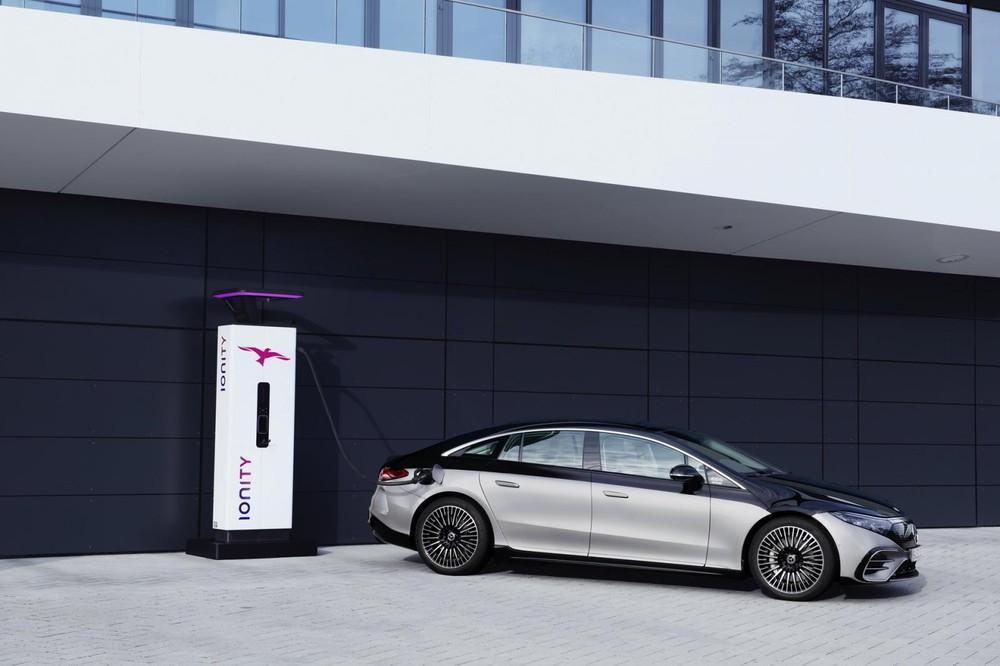 Mercedes-Benz EQS 2022 đang sạc điện