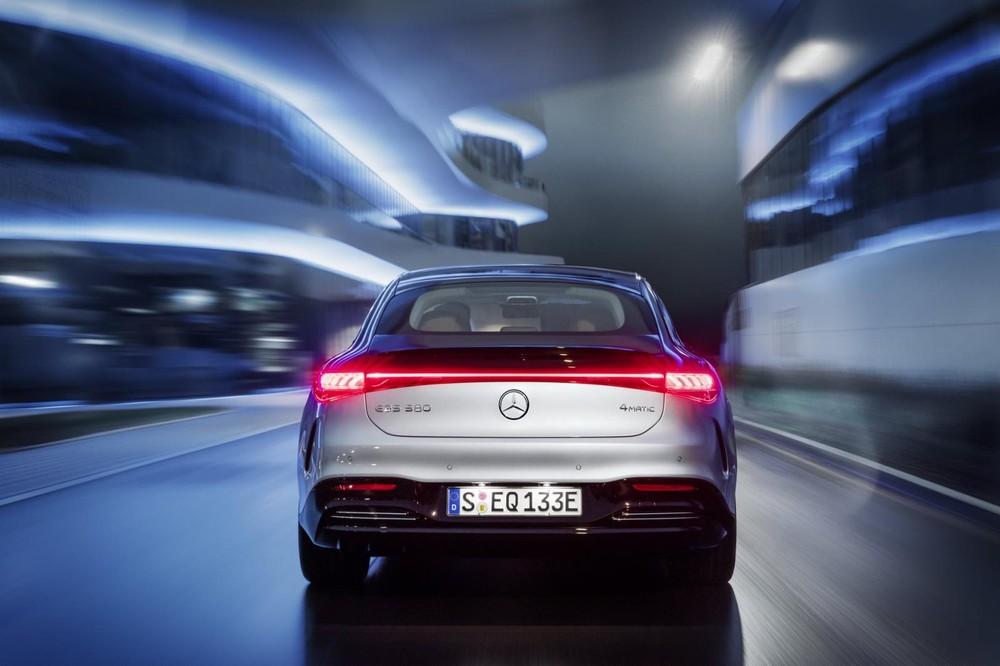 Mercedes-Benz EQS 2022 có hệ thống đánh lái cầu sau