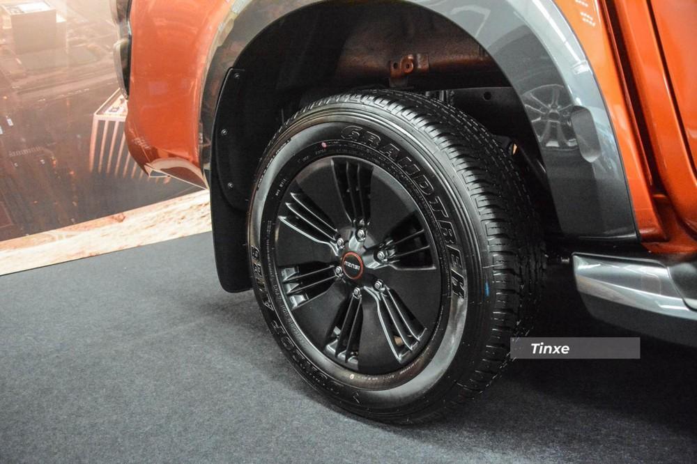 Ngoài ra, 2 bản thấp Prestige LS sẽ sử dụng mâm hợp kim 17 inch màu bạc thiết kế 3 chấu kép và 3 chấu đơn, còn Isuzu D-Max Type Z sẽ sở hữu la-zăng 18 inch sơn đen nhám với các chấu mâm thiết kế to bản khoẻ khoắn. Các vòm bánh xe của Isuzu D-Max Type Z có thêm tấm ốp sơn màu đen rất cá tính và mang đến ngoại hình hầm hố hơn.