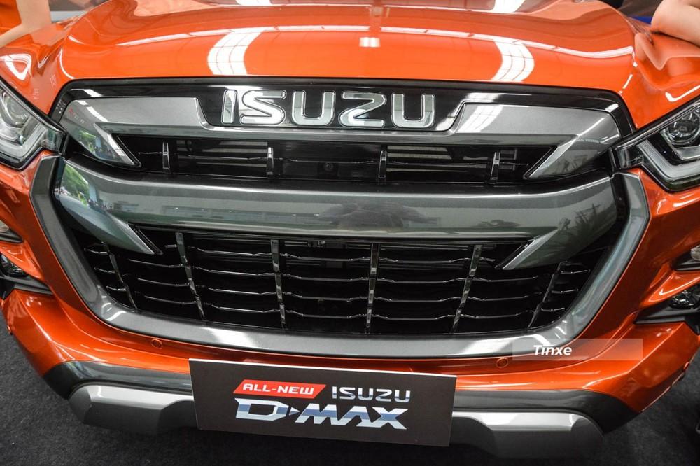 Điểm khác biệt tiếp theo ở phần đầu xe chính là việc Isuzu D-Max Type Z sở hữu hai thanh nẹp cỡ lớn ở lưới tản nhiệt được sơn màu đen cứng cáp hơn so với tông màu bạc của 2 phiên bản còn lại. Ngoài ra, Isuzu D-Max Type Z có thêm tấm ốp cản va trước sơn màu bạc, chi tiết này trên Isuzu D-Max Prestige LS không có và được sơn cùng màu ngoại thất.