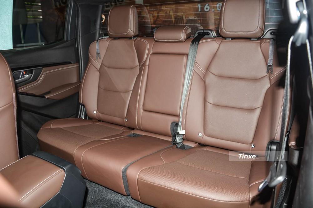 Isuzu D-Max Type Z AT 4x4 2021 có ghế ngồi bọc da cao cấp với tông màu nâu, còn với 2 phiên bản còn lại có ghế ngồi dạng nỉ cao cấp. Hàng ghế thứ 2 của 3 phiên bản đều có thể gập lại theo tỷ lệ 60:40 và có tựa tay ở giữa.
