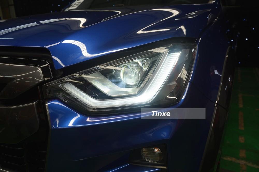 Đầu tiên đập vào mắt người xem Isuzu D-Max 2021 chính là thiết kế đèn pha cá tính của mẫu xe bán tải này đã được sửa đổi lại thiết kế. Trong đó, Isuzu D-Max Prestige LS vẫn sử dụng đèn pha BI-LED nhưng chỉ được điều chỉnh độ cao bằng tay, trong khi đó, Isuzu D-Max Type Z lại điều chỉnh độ cao tự động. Cả 3 phiên bản này đều tích hợp thêm tích hợp đèn LED chạy ban ngày.
