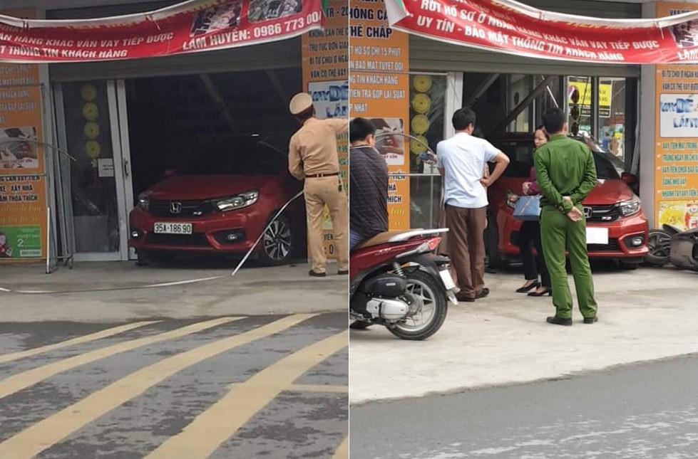 Chiếc ô tô Honda Brio chui hẳn vào bên trong ngôi nhà bên đường