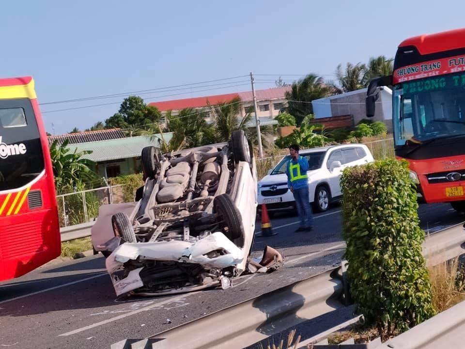 Chiếc ô tô con bị hư hỏng nặng sau vụ tai nạn