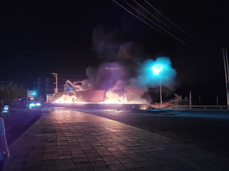 Chiếc xe container bốc cháy trên quốc lộ 1A