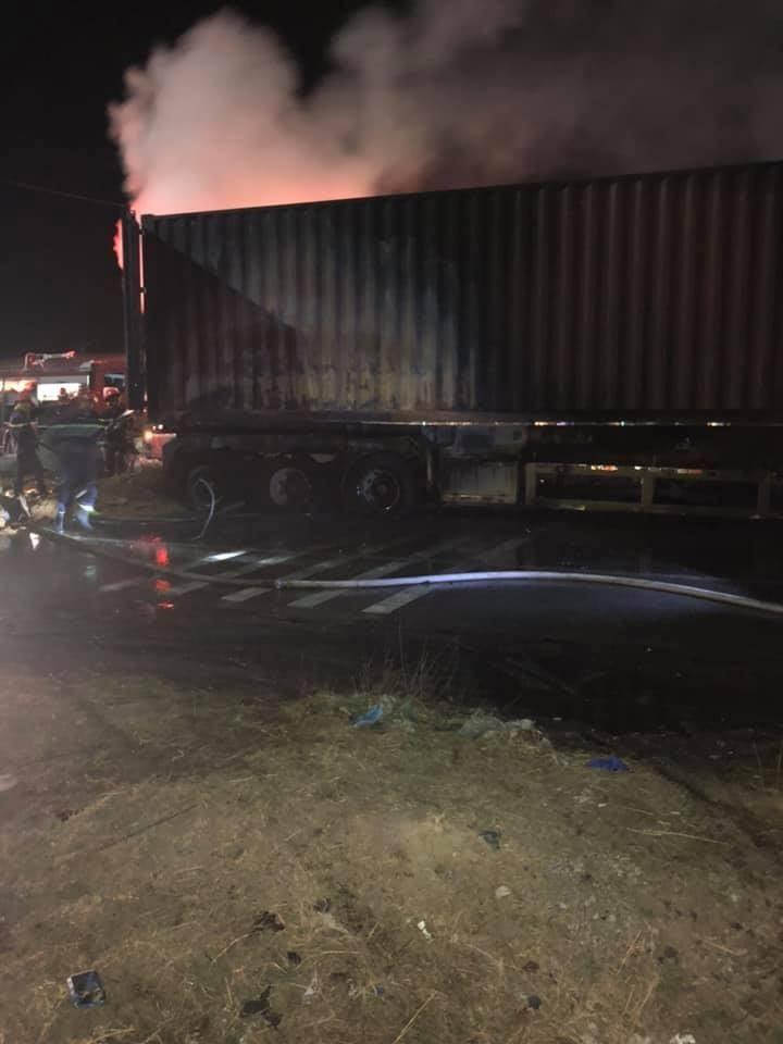 Chiếc xe container bị hư hỏng nặng sau vụ cháy