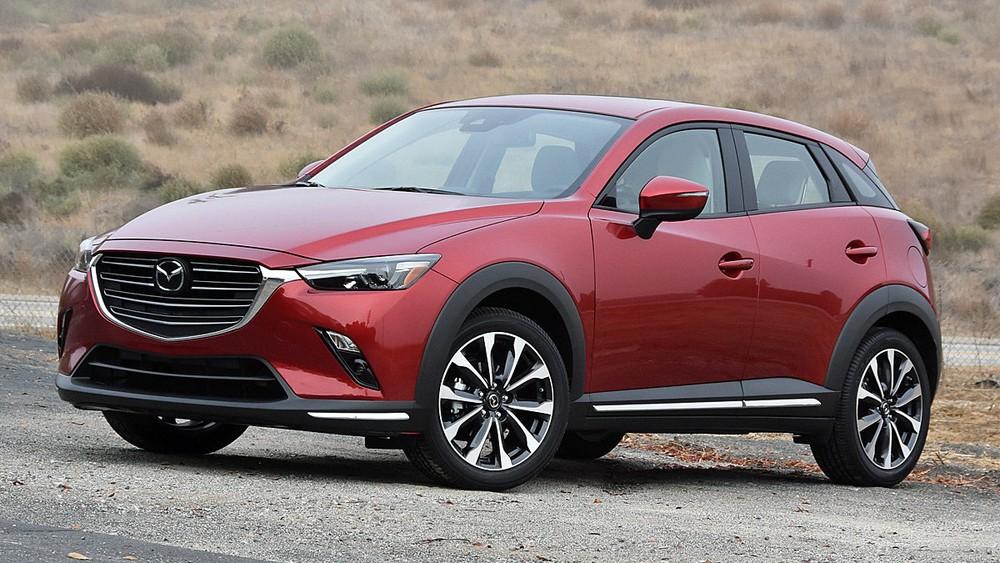 """Thiết kế của Mazda CX-3 có phần hơi """"hoài cổ"""" bởi lưới tản nhiệt sở hữu các thanh nan nằm ngang chứ không phải dạng lưới lưới đan xen như những mẫu xe Mazda khác đang được bán tại Việt Nam."""