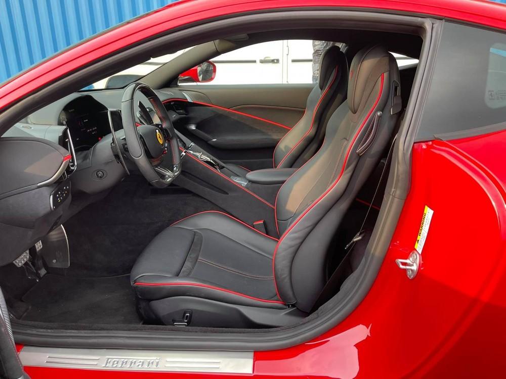 Siêu xe Ferrari Roma này có nội thất đen cùng sọc màu đỏ