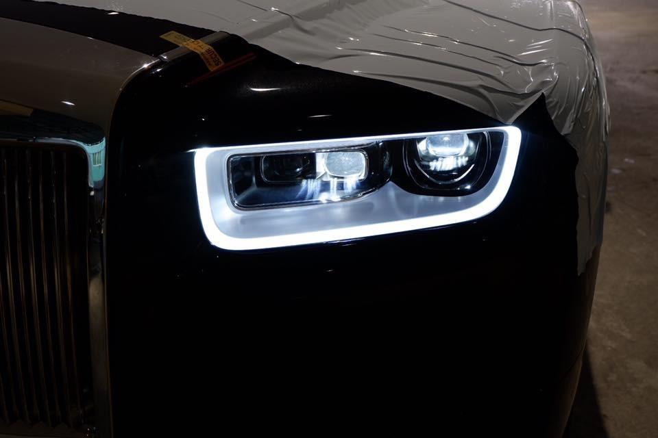 Đèn pha Laser kết hợp cùng dải đèn LED chiếu sáng ban ngày.
