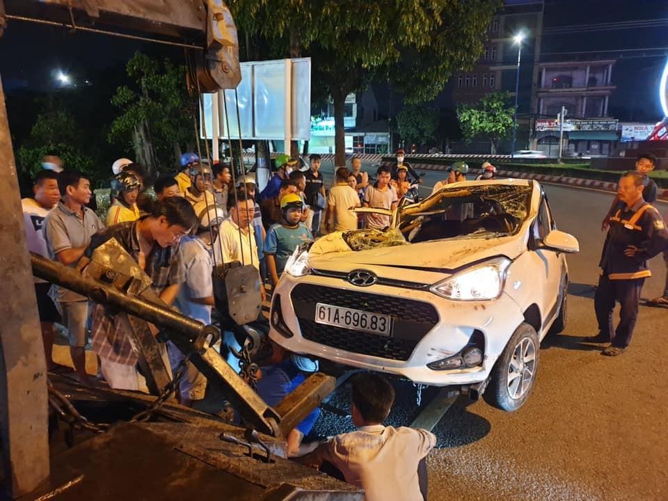 Chiếc ô tô Hyundai Grand i10 bị bẹp dúm sau vụ tai nạn